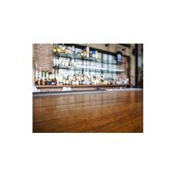 Foto naklejka samoprzylepna 100 x 100 cm - Drewniany stół z najwyższej bar niewyraźne tło