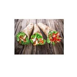 Foto naklejka samoprzylepna 100 x 100 cm - Plastry kurczaka w tortilla wrap na drewnie.