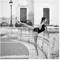 Obraz Młoda piękna tancerka na Schodów Hiszpańskich w Rzymie,