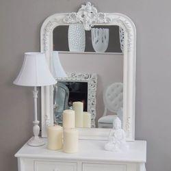 Lustro, biała, drewniana rama z przecierką, ornament z motywem amorka.