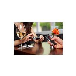 Foto naklejka samoprzylepna 100 x 100 cm - Ręce z telefonów komórkowych w restauracji
