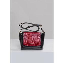 Lakierowana torebka z ozdobną klapą