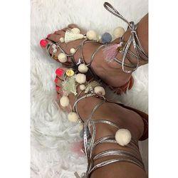 LU BOO srebrne sandałki japonki pompony frędzle