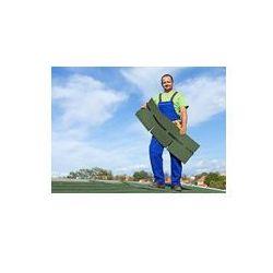 Foto naklejka samoprzylepna 100 x 100 cm - Pracownik wprowadzaniu gontów bitumicznych na dachu