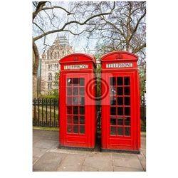 Plakat Dwa czerwone budki telefonicznej poza muzeum historii naturalnej . Londyn