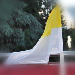 Flaga żółto-biała (papieska) na samochód 25 x 35 cm z uchwytem